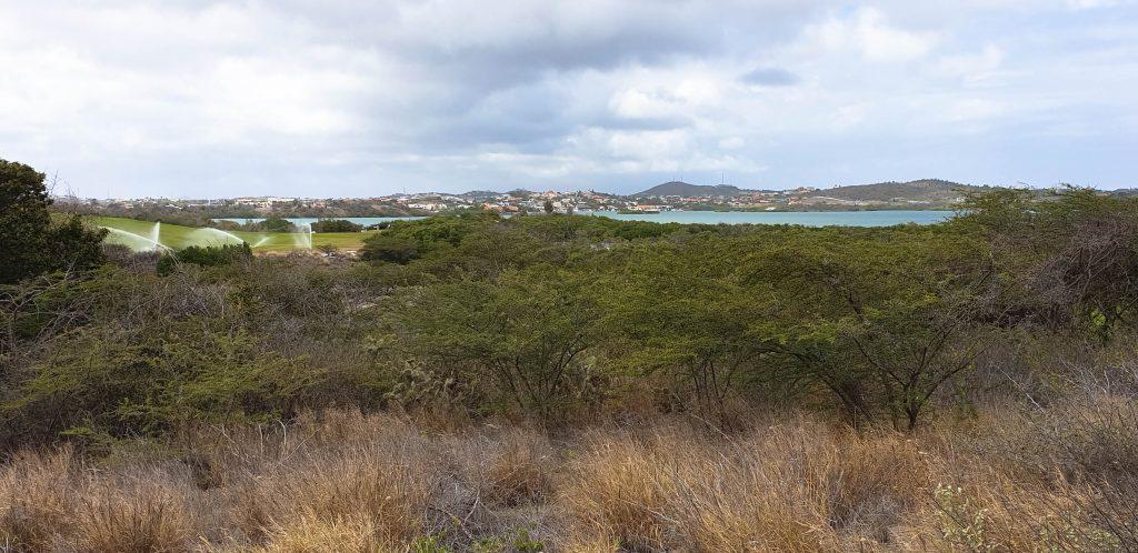 Aan de oostkust is een baai met een golf course