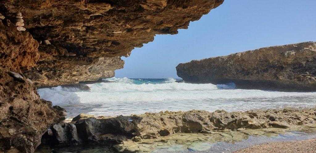 De noordkust van Curaçao met prachtige rotsformaties en woest opspattende golven.